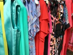 Сток женской молодежной летней одежды